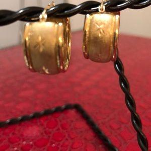 Jewelry - 10kt chubby earrings ✨
